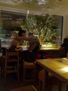 Vapiano bord träd.jpg