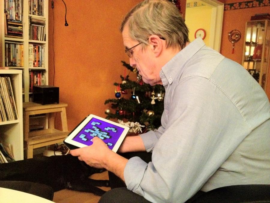 äldre far 70 spelar mahjong på iPad.jpg
