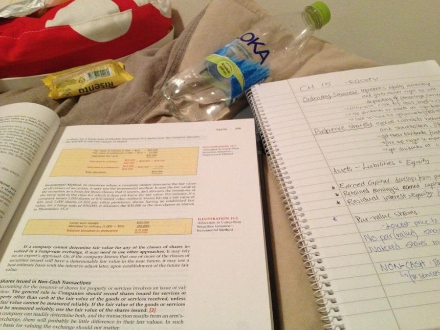 studera plugga läsa i sängen.jpg