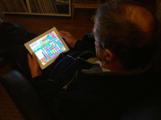 candy crush äldre spelar på iPad.jpg