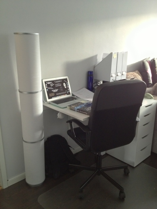 arbetsplats, kontor, studier, kontor, skrivbord i liten lägenheten, i en etta.jpg