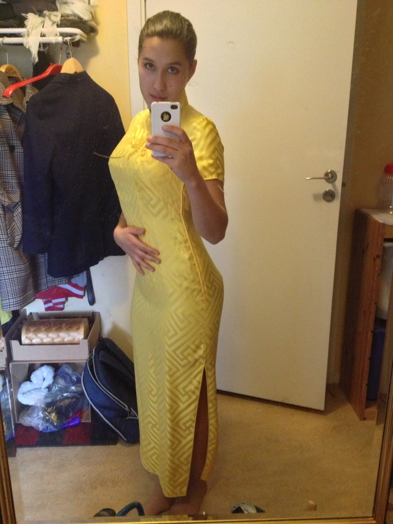 kinesisk klänning, chi pow, gul kinesisk traditionell klänning.jpg