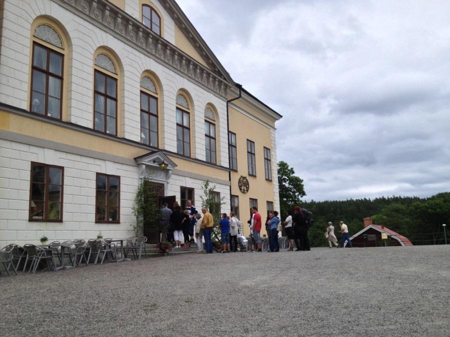 Taxinge slott, slottscafé med familj.jpg